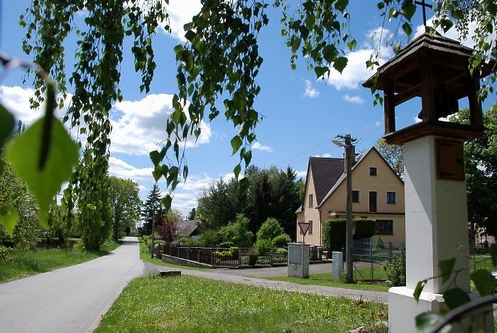 pohled na zvoničku v obci Radkov